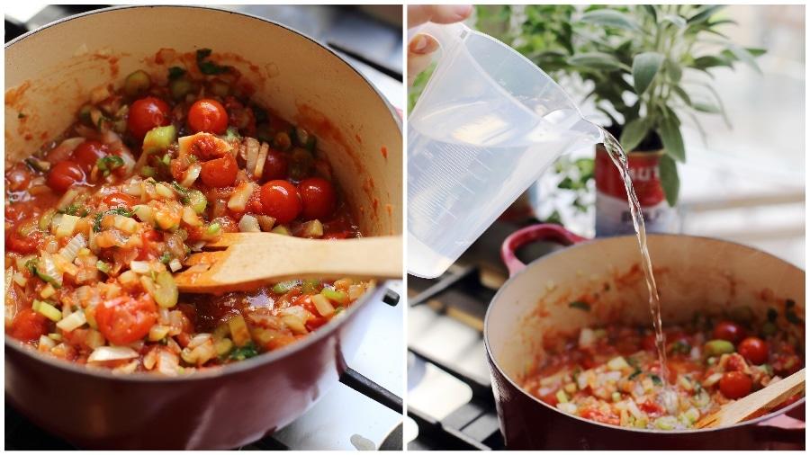 הוספת המים למרק עגבניות ופסטה